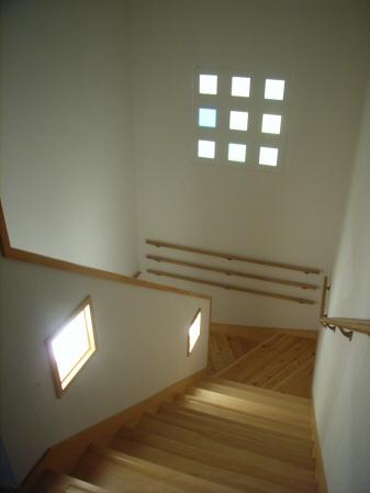 階段 階段 浴室 階段踊り場にはオブジェの入った飾り窓がある. ←前へ 次へ... お宿かげやま